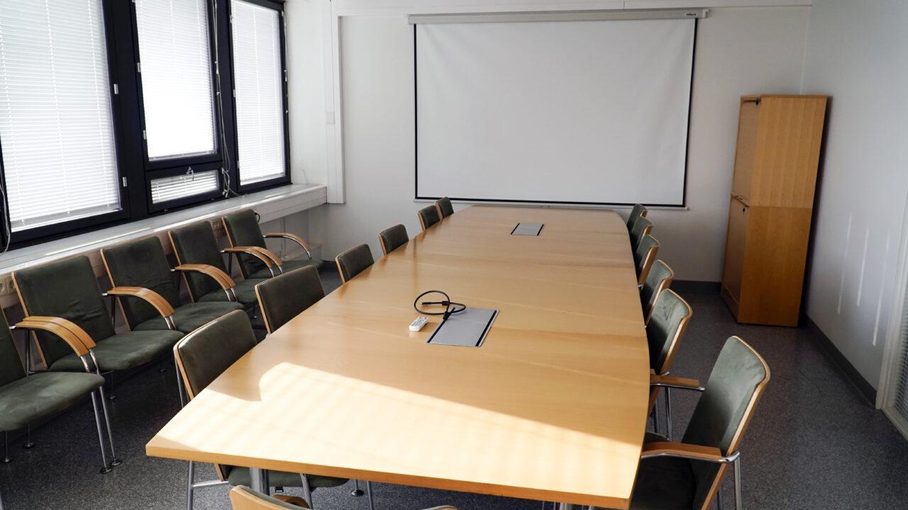 Hyvä työympäristö vaatii usein myös suurempia tiloja. Neuvotteluhuone, jossa iso neuvottelupöytä, jossa on monipuoliset kytkentä- ja liitäntämahdollisuudet kokoustekniikalle ja kannettaville tietokoneille. Pöydän päässä valkokangas ja nurkassa kaksi arkistokaappia. Useita vihreällä kankaalla päällystettyjä työtuoleja. Neuvotteluhuone sopii yli 10 osallistujan kokouksille + etäosallistujat.