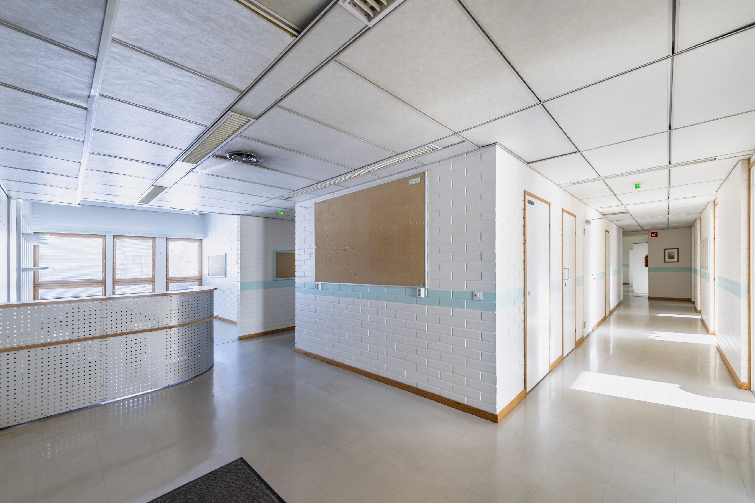 Toritalo on Haukiputaalla sijaitseva kiinteistö, jossa on toimitiloja. Toritalon aulatilassa näkyy asiakkaiden ja vierailijoiden vastaanottopiste. Tila jakautuu kahteen pitkään käytävään. Seinällä ilmoitustaulu. Kevätaurinko tulvii miellyttävästi ikkunoista toimitilan käytäville.